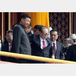 自分の方が上(江沢民元国家主席=央。中国建国70周年祝賀式典で、習近平国家主席=右と李克強首相とともに)/(C)ロイター