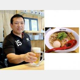 小路晃さん(右は「麺バル プライド」の看板メニュー「俺のブラック」)/(C)日刊ゲンダイ