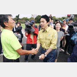 視察に訪れた千葉県南房総市で住民と握手する小泉環境相(C)共同通信社