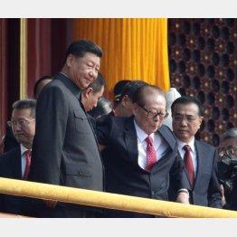 中国建国70年の記念式典での習近平国家主席(左)と江沢民元国家主席(C)ロイター