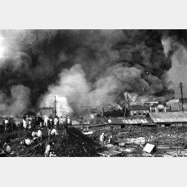 関東大震災で猛火に包まれた有楽町・東京電燈会社付近。手前は帝国ホテルの工事場(1923年=大正12年9月1日)/(C)共同通信社