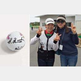 (提供写真)ウェア契約の申ジエ(央)と上迫美恵子さん。左は、岡本プロのサイン入りのホールインワンボール