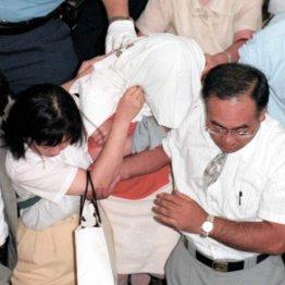 福井市内で逮捕され移送される福田和子容疑者(中央)