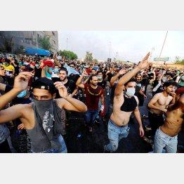 失業、乏しい公共サービス、政府の在り方に対して反スローガンを叫びながらデモをする若者たち(イラク、バグダット)/(C)ロイター