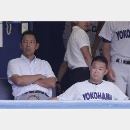 横浜の平田前監督(右)と金子前部長(C)日刊ゲンダイ