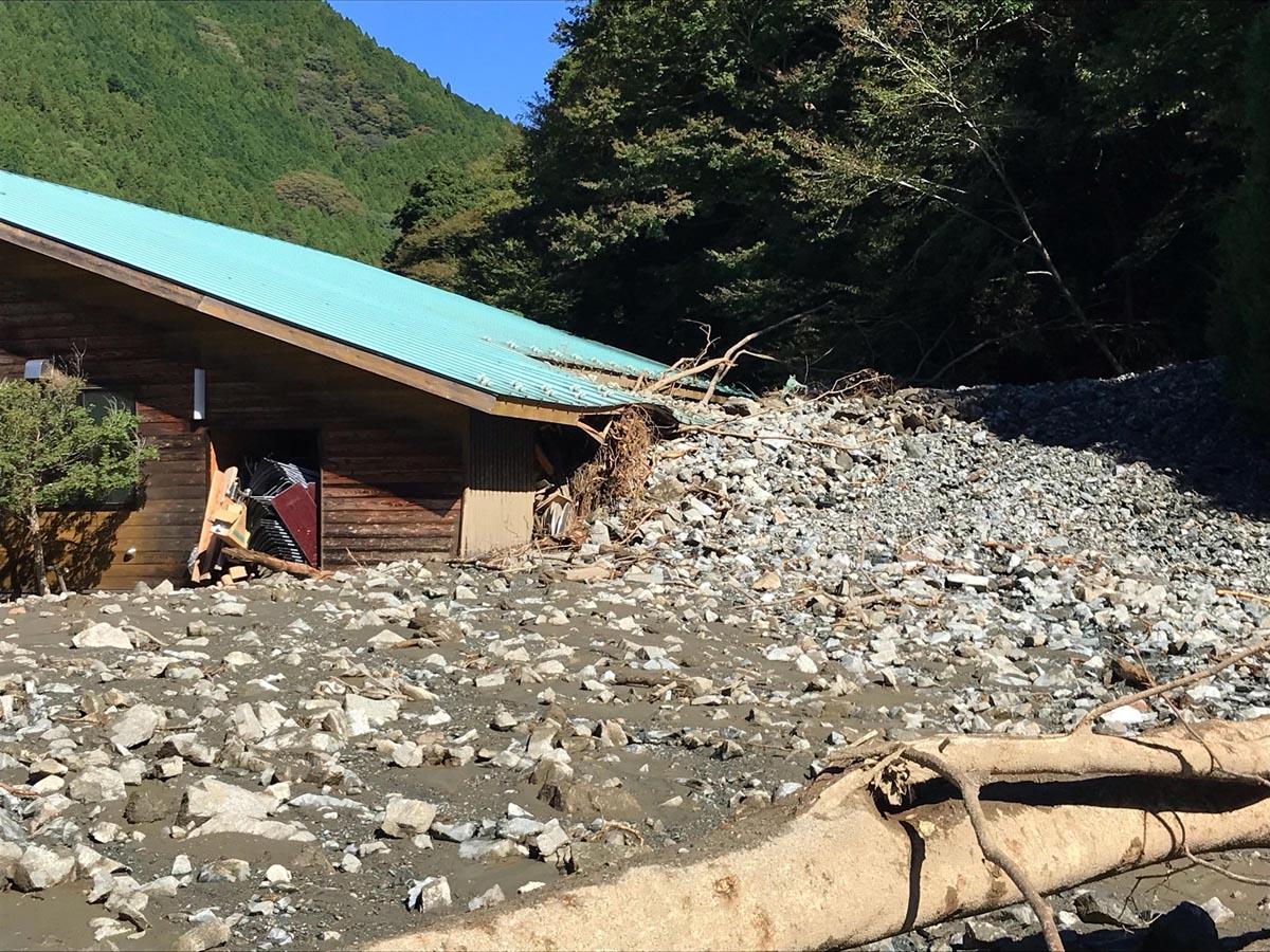 神奈川県山北町は前夜から断水、町の交流施設も屋根まで土砂が(同町提供)