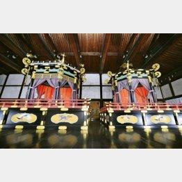 「即位礼正殿の儀」で使われる「高御座」(左)と「御帳台」(C)共同通信社
