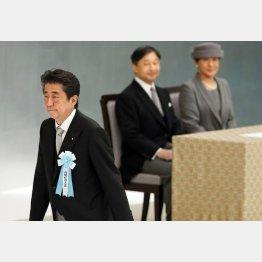 即位儀式をイベント化(天皇、皇后両陛下と安倍首相)/(C)共同通信社