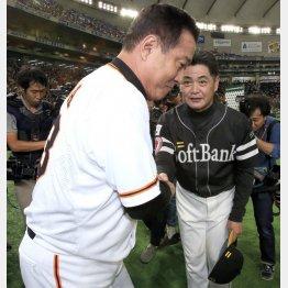 試合後に工藤監督(右)と握手をする原監督(C)日刊ゲンダイ
