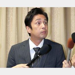 吉本興業大阪本社で深夜の会見(C)日刊ゲンダイ