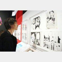 あの大英博物館で「漫画展」を開催(展示された原画を見る来場者)/(C)共同通信社