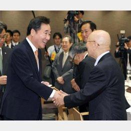 韓国の李洛淵首相(左)を熱烈歓迎する経団連の中西宏明会長(代表撮影)