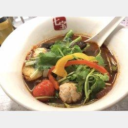 「スープ春雨」に食べたい具材をトッピング(C)日刊ゲンダイ