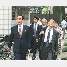 大阪地裁へ入る籠池夫妻と弁護団(提供写真)