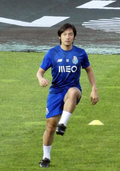 試合前ウォーミングアップするポルト中島(写真)元川悦子