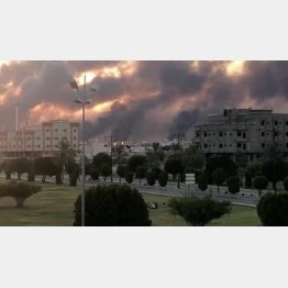 9月14日、無人機の攻撃を受け、炎上するサウジアラビアの石油施設(C)ロイター