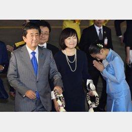 国民には増税を強いて海外へは破格の大盤振る舞い(ASEAN首脳会議でタイを訪問した安倍首相夫妻)/(C)共同通信社