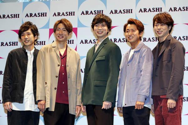 嵐の記者会見。(左から)二宮和也、相葉雅紀、松本潤、大野智、櫻井翔(C)日刊ゲンダイ