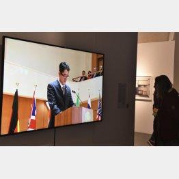 「ジャパン・アンリミテッド」で展示された、安倍首相に扮した人物の動画作品(C)共同通信社