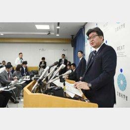 英語民間検定試験の導入延期について会見する萩生田文科相(C)共同通信社