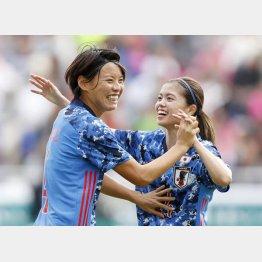 前半、先制ゴールを決め、長谷川(右)と喜ぶ熊谷(C)共同通信社