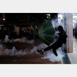 警察隊から催涙弾を発砲される反政府デモ参加者(C)ロイター