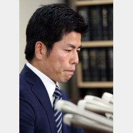 「やっとスタートラインに立った」(書類送検を受け会見した松永真菜さんの夫)/(C)日刊ゲンダイ