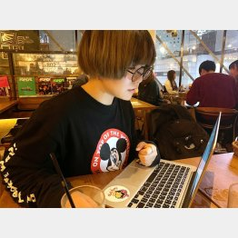 """カフェで作業する""""いとかな""""さん(提供写真)"""