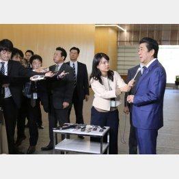 「桜を見る会」を巡り、記者の質問に答える安倍首相(C)共同通信社