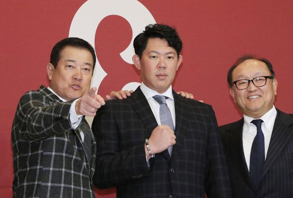 ポスティングによるメジャー挑戦を発表した山口(左は原監督、右は今村社長)/(C)日刊ゲンダイ
