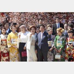 耳を疑うような説明…(2019年度安倍首相主催の「桜を見る会」)/(C)日刊ゲンダイ