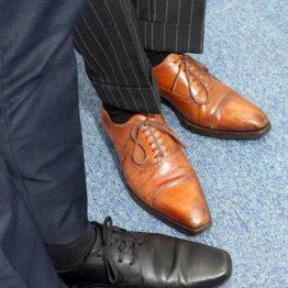 イギリス紳士の黒靴か イタリア男の茶靴か? それが問題だ