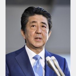 在職日数が憲政史上歴代1位となり、記者の質問に答える安倍首相(C)共同通信社