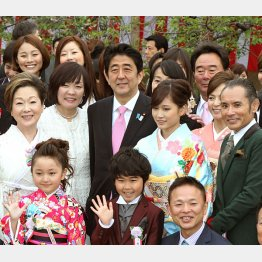 2013年の「桜を見る会」(C)日刊ゲンダイ