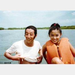 川下りのシーンを撮り終え、田中邦衛さんとの貴重な1枚(提供写真)