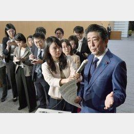 いきなり10分前に知らせ、若い記者団を前に「桜を見る会」について説明する安倍首相(C)共同通信社