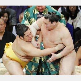 立ち合いで遠藤(左)をかち上げる白鵬(C)共同通信社