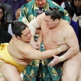 立ち合いで遠藤(左)をかち上げる白鵬