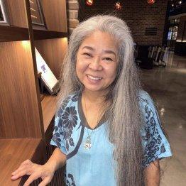 沖縄民謡を歌う古謝美佐子さん 2度の転機とヤマトンチュと