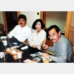 """カメラマン野村誠一(左)と野田義治(右)は「巨乳グラビア黄金時代」を築いた""""盟友""""だった。真ん中はスタイリストの平山睦子氏(94年2月)/(提供写真)"""