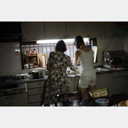 写真集「朝顔」撮影時、祖母と(写真提供=ワニブックス)