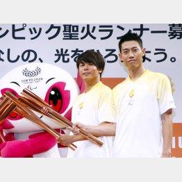 27日、東京五輪のイベントに出席した錦織。左はパラ陸上の佐藤圭太(C)共同通信社