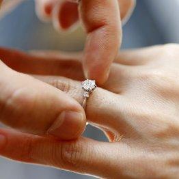 「70万円の婚約指輪が小さく感じる」女性の相談が大炎上!