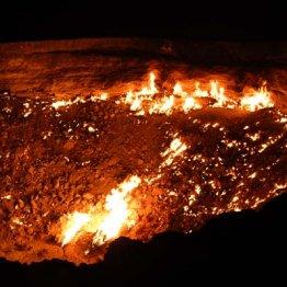"""不気味で美しい…ダルバザ・ガスクレーターは""""地獄の門"""""""