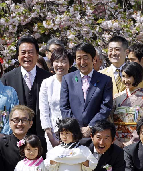 「知らなかった」では済まない(2015年の安倍首相主催「桜を見る会」)/(C)日刊ゲンダイ