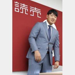 「これ新しいスーツです」と言い残し、会見場を後にする岡本(C)日刊ゲンダイ