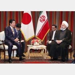 イランのロウハニ大統領(右)と会談する安倍首相(代表撮影・共同通信社)