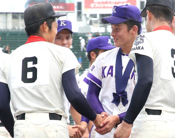 18年夏の甲子園大会決勝後、握手を交わす吉田(右)と根尾(C)日刊ゲンダイ