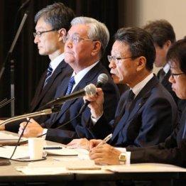 金品受領問題で辞任する岩根茂樹社長(右2、10月の記者会見)