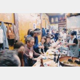 普通の客にも溶け込んで飲むさまはまさに浅草芸人(提供写真)